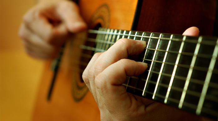 گیتار نواختن